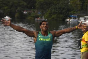 Isaquias Queiroz festeja a medalha de prata no C1 1000m, a primeira do Brasil na canoagem (Foto: AFP)