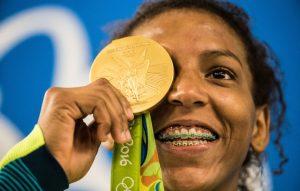 Rafaela Silva brinca com a medalha de ouro (Foto: Danilo Verpa/NOPP)