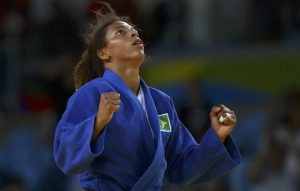 Rafaela Silva vibra com a vitória história na final olímpica (Foto: Reuters/Toru Hanai)