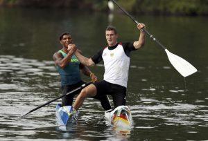 Sebastian Brendel e Isaquias Queiroz se cumprimentam após a final do C1 1000m no Rio de Janeiro (Foto: Reuters)