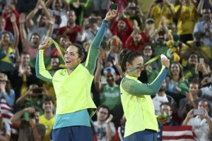 Ágatha e Bárbara vibram com a medalha de prata (Foto: Reuters)