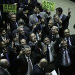 Parlamentares comemoram aprovação da PEC 241 em primeiro turno na Câmara