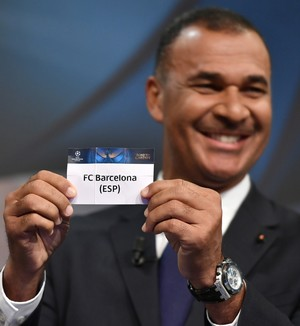Ruud Gullit sorteia Barcelona para pegar o PSG na Liga dos Campeões (Foto: AFP)