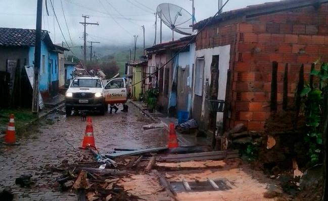fortes chuvas em cidades do Sudoeste da Bahia entre a tarde desta terça-feira (12) e a madrugada desta quarta (13), causando alagamentos de casas e ruas.
